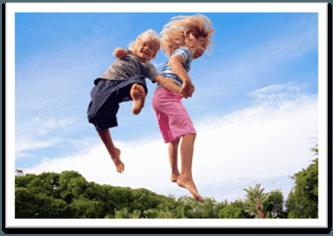 Прыгающие на батуте дети