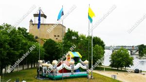 """Батут """"Терем"""" на фоне Нарвского замка"""