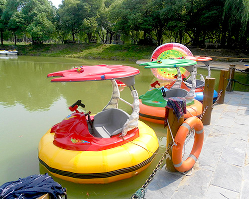 Бамперные лодочки на открытом водоеме